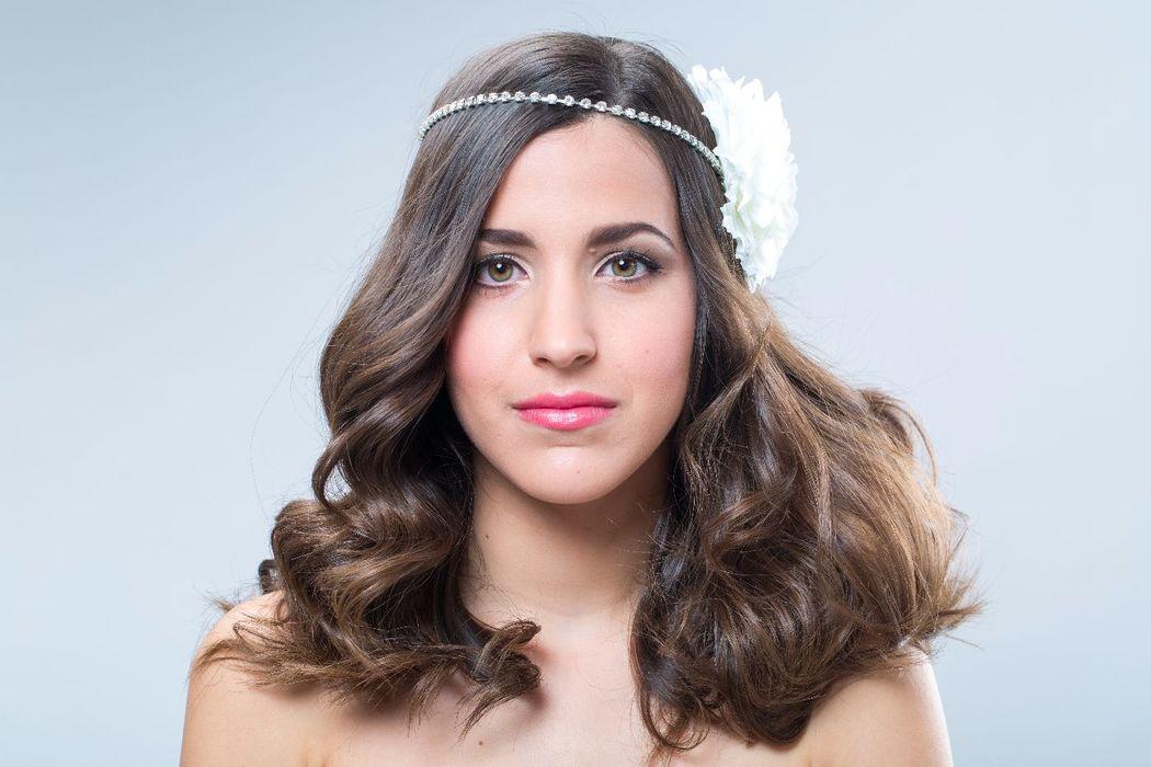 Tocado de novia, con cadena de cristal y flor de seda.
