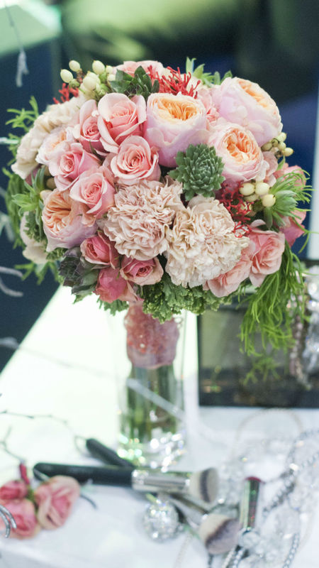 Pastelowo-łososiowo. Róże :gałązkowe, vuvuzele, rojniki, hipericum, goździki, rypsalis.  cena 200zł