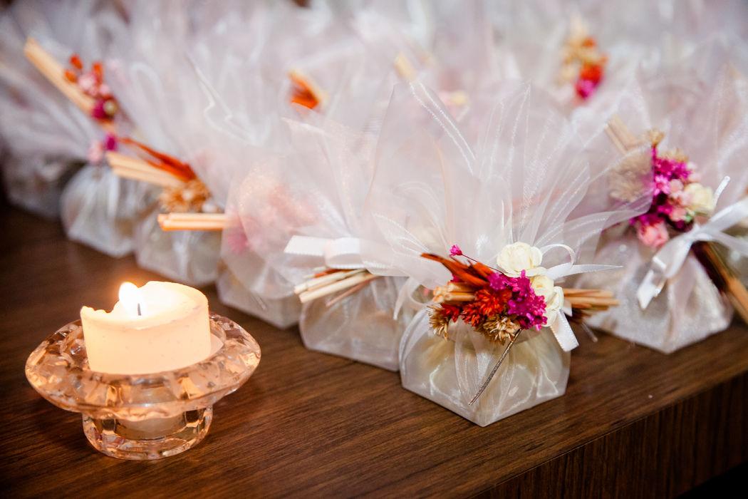 Um Chêro, difusores que perfumam e decoram: - Presentes para padrinhos; - Lembranças para os convidados;  - Incrementam a decoração da festa.