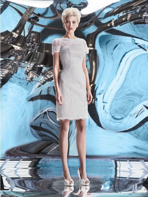 Короткое свадебное платье из кордового кружева с пайетками от Helen Miller