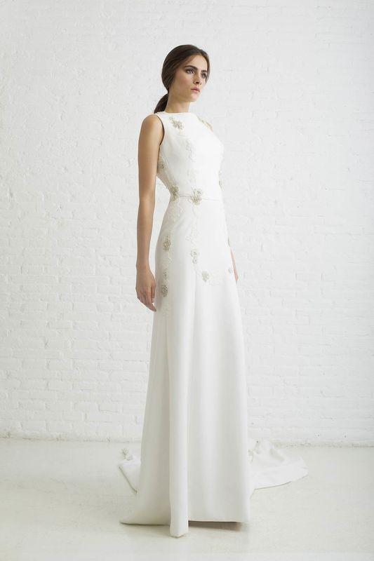 MOLLY. Vestido de novia realizado en crêpe mate de seda con cortes longitudinales y bordados y encaje de rebrodé.