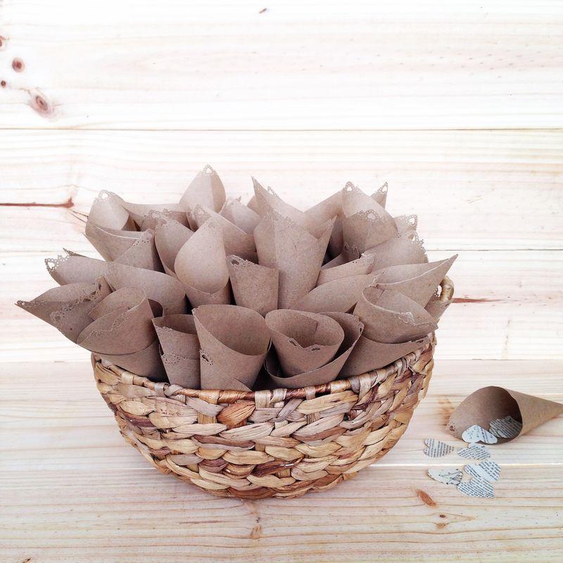 Conos de papel craft y confetti para la salida de los novios