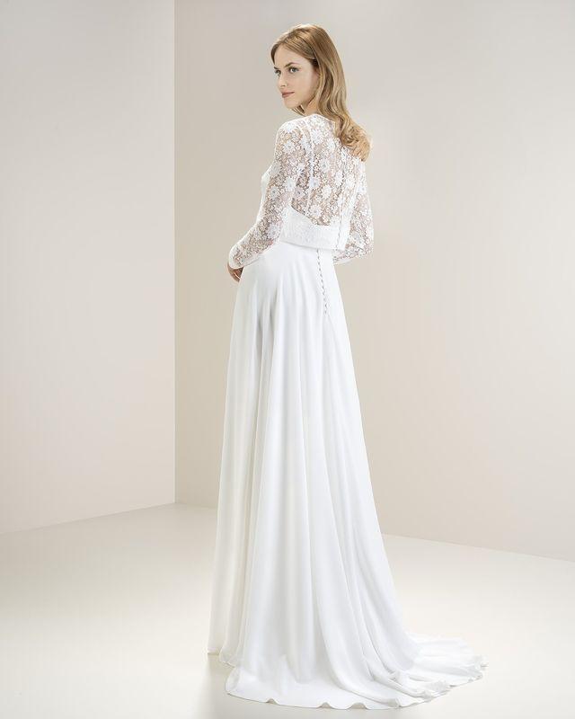 Нежное креповое платье, со съемным кружевным болеро, что позволяет невесте сменить образ: из традиционного перейти в вечерний. Струящаяся юбка подчеркивает силуэт.