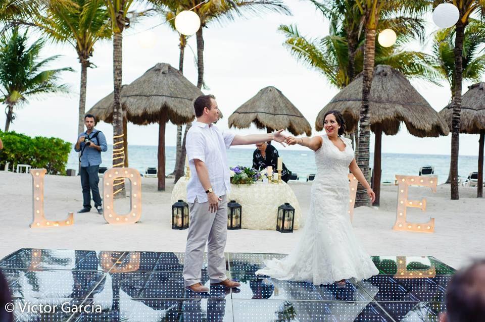 Bodas en la playa #mobiliarioparaeventos, #bodasenlaplaya #beachweddings #centrosdemesa #centerpieces #bodasencancun #partyboutiquecancun #udwfinefurniturerental #prettyflowerscancun