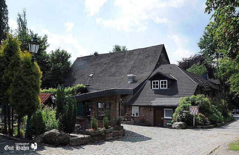 Beispiel: Außenansicht, Foto: Landgasthof Gut Hahn.