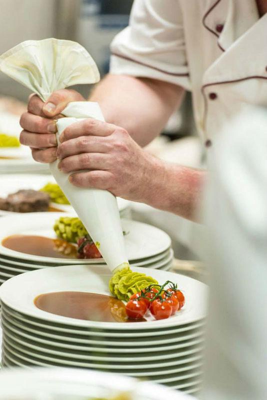 Beispiel: Zubereitung der Gerichte, Foto: Hotel Heinz.