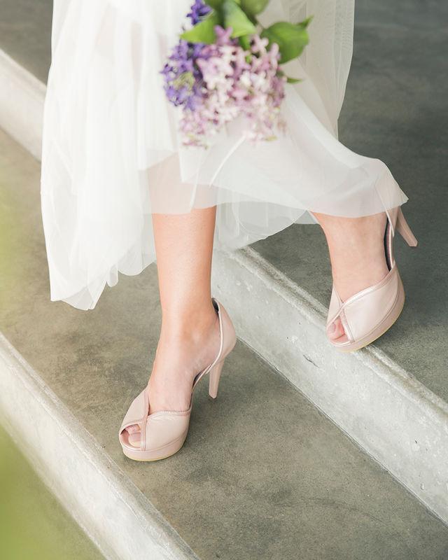 GULA Zapatos de novia e invitadas elaborados en suave cuero y con una plataforma muy liviana que los hace muy cómodos, puedes personalizar esta referencia cambiando el color y la altura del tacón, ademas tenemos accesorios que los hagan lucir únicos el día de tu boda. 3104161141 ref. sara