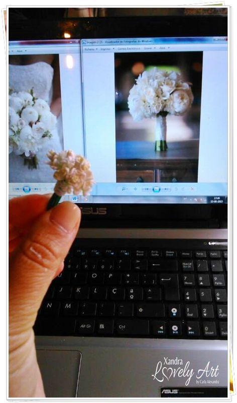 Comparando o Bouquet em miniatura com as fotos enviadas pela Noiva