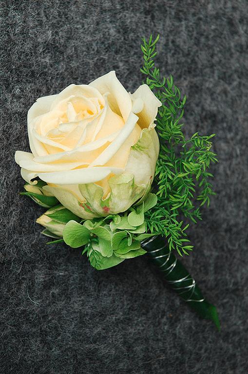 Beispiel: Anstecker für den Bräutigam, Foto: Blumen Sonn.