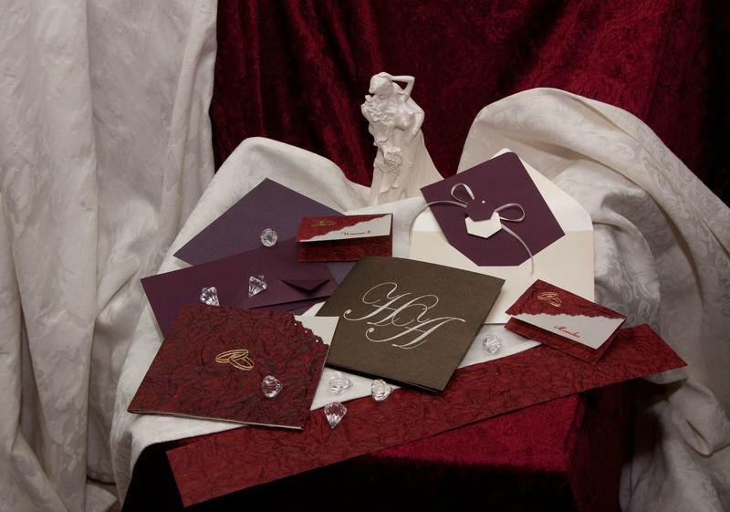 Beispiel: Dekoration und Hochzeitseinladungen von einem Anbieter, Foto: Kreone.