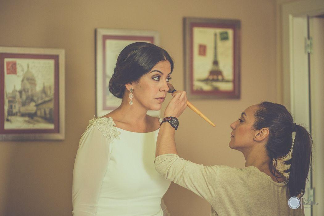 Patricia siendo retocada por Lola , una gran maquilladora.