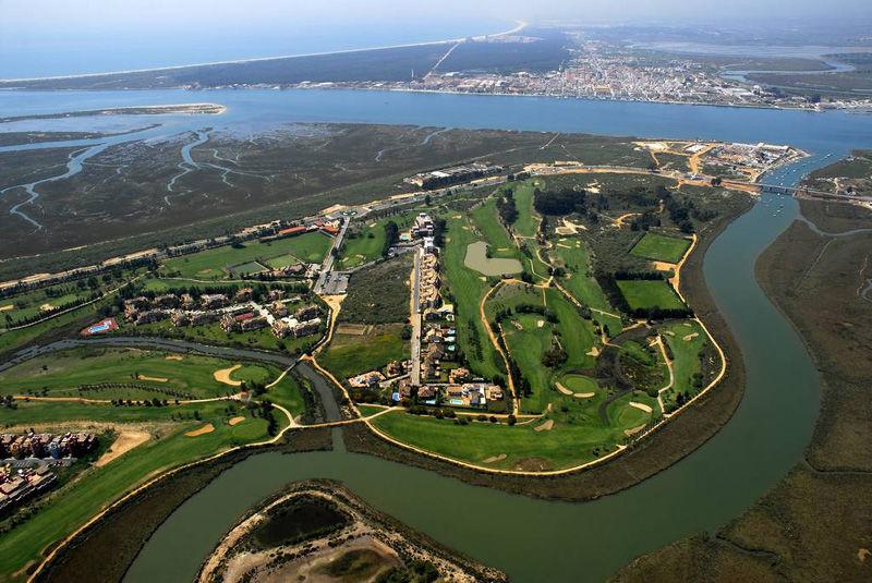 Vista Aerea del Campo de Golf de Isla Canela y el Hotel Isla Canela golf -Con vistas de Portugal