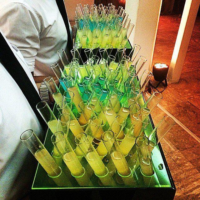 Powershots by Concept Bar.  Opções super bacanas de drinks servidos em tubos de ensaio para animar os noivos e os convidados na pista de dança.