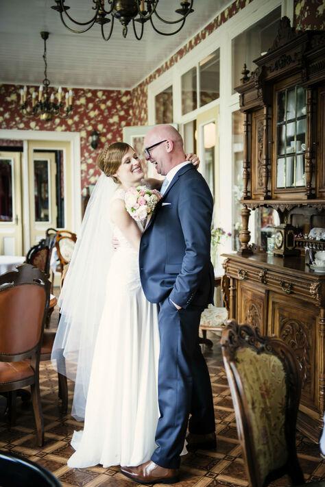 Beispiel: Brautpaar nach der Trauung, Foto: About Moments Photography.