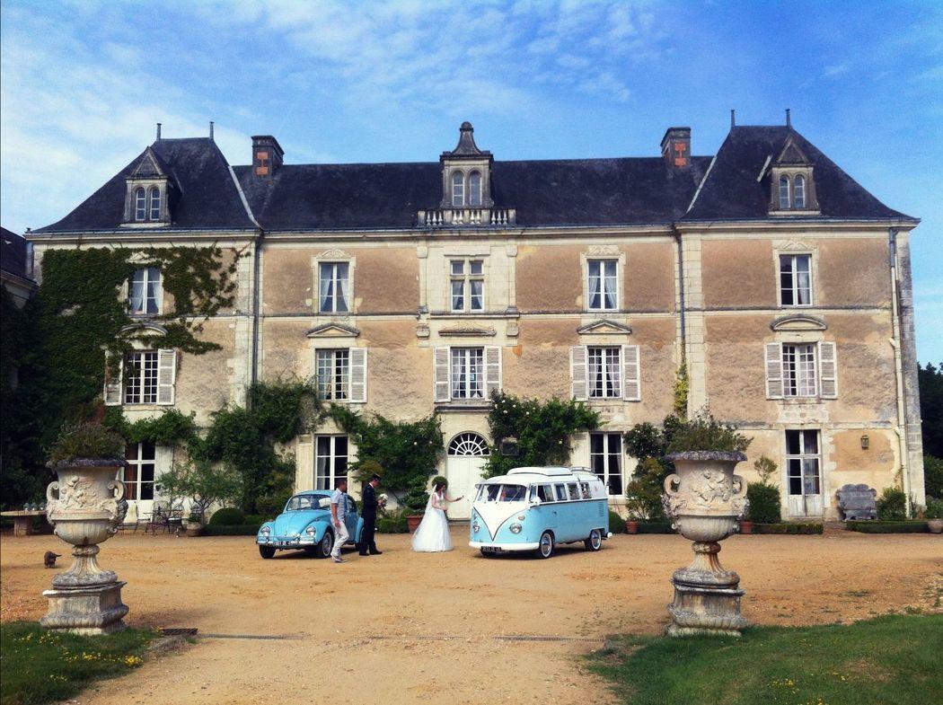 Photo de mariage devant le Château de Chambiers