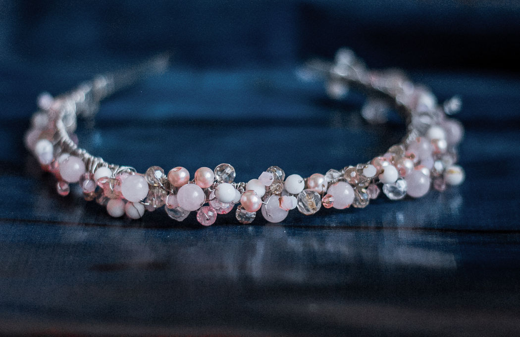 Ободок из белого агата, розового кварца, стеклянного жемчуга и чешских бусин.