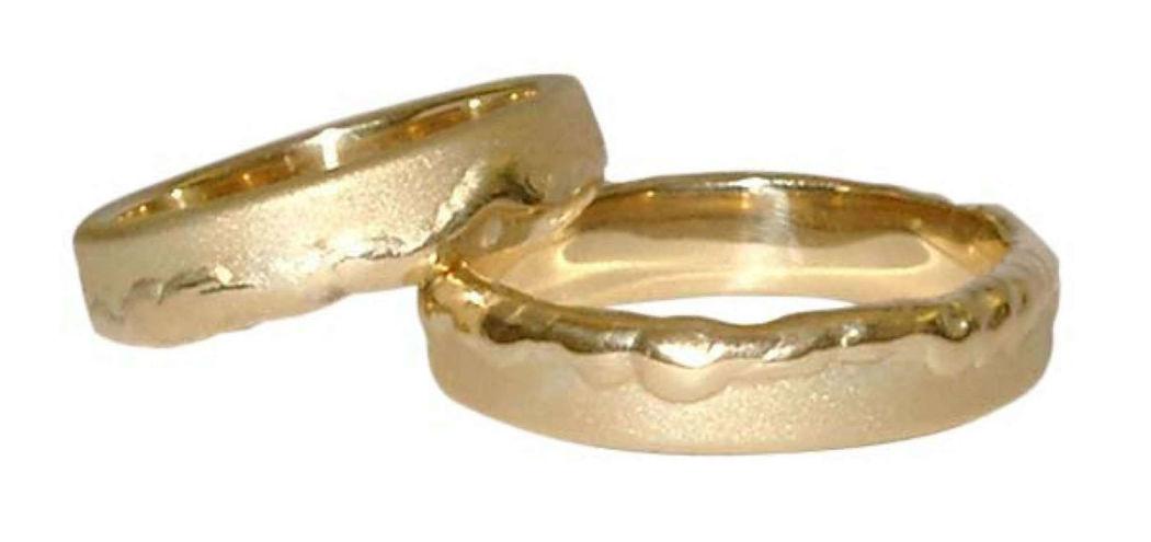 Beispiel: Trauring in Gold-Matt mit unebener FLäche, Foto: Casa Amberes.