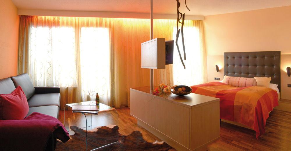 Beispiel: Kamin Lounge Zimmer, Foto: Hotel Hirschen Dornbirn.