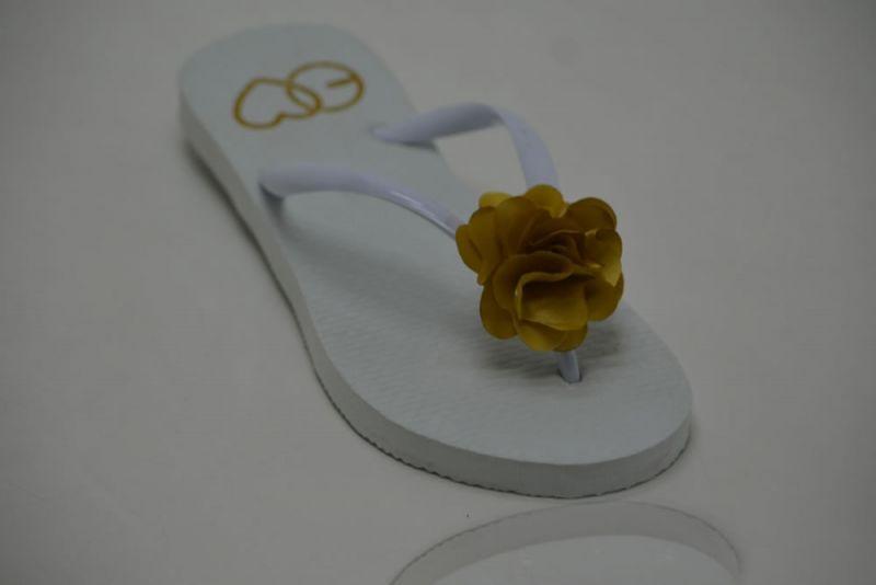Chinelo Clássico Branco com Flor Pequena de Cetim Dourado