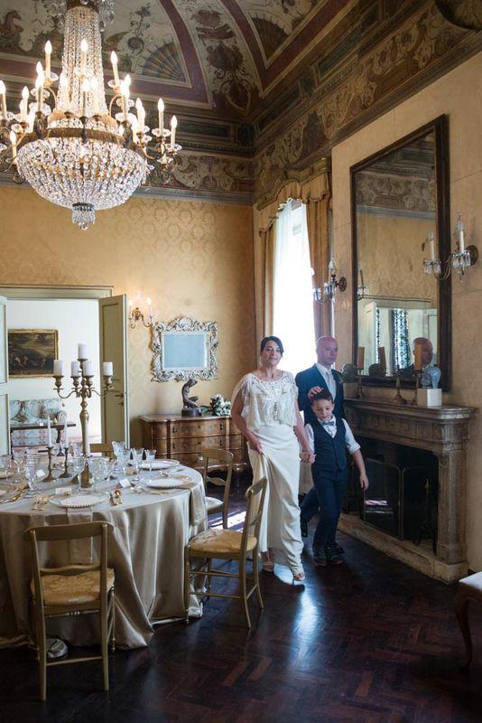 Gli sposi escono a raggiungere gli ospiti