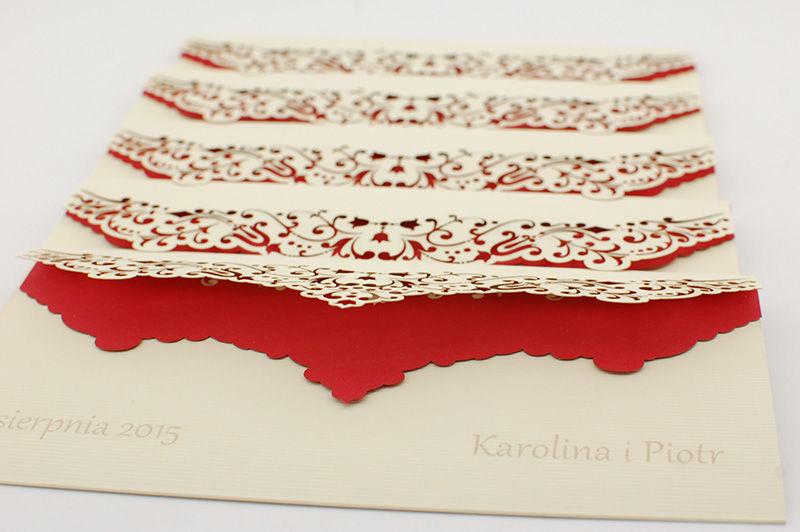 """Zaproszenia ślubne z kolorową wkładką.  Za tydzień ślub Karoliny i Piotra. Zaproszenia ślubne jakie wybrali to nieco zmodernizowany wzór ażurowy #2. Karton ozdobny """"linie kremowy"""" został wzbogacony o czerwoną wkładkę, w której dodatkowo misternie wycięliśmy element z motywu zaproszenia. W naszej pracowni istnieje możliwość doboru kompozycji zewnętrznego kartonu ozdobnego z całą gamą kolorowych wkładek, aby zaproszenia realizowane dla Państwa Młodych były wyjątkowe i niepowtarzalne."""