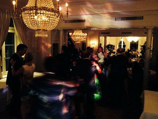 Beispiel: Tanzende Gäste auf der Hochzeit im edlen Saal, Foto: DJ Seron.