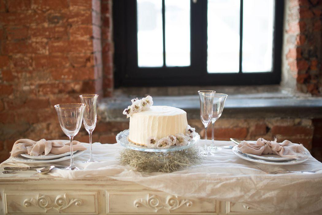 Вот такое оформление стола с тортом предложили декораторы.