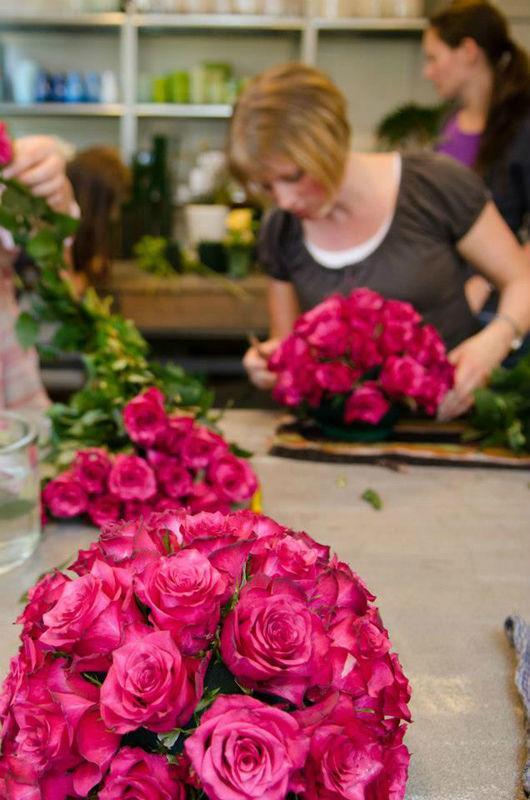 Beispiel: Herstellung des Blumenschmucks für die Hochzeit, Foto: Blumen Sonn.
