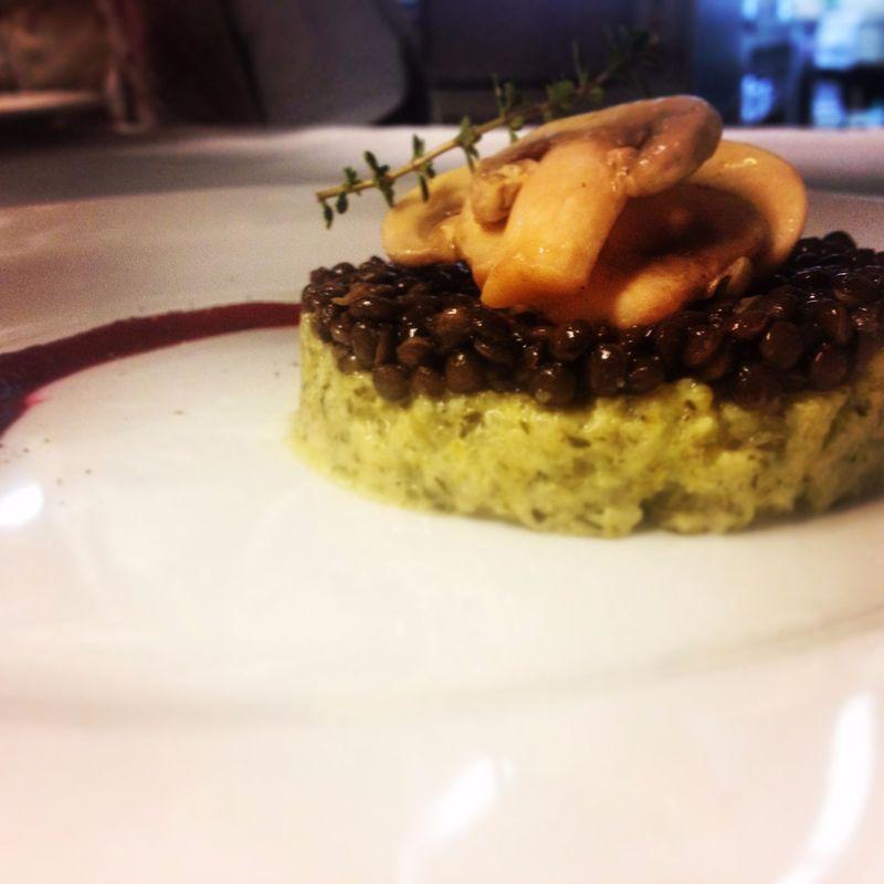 vegane Vorspeise - Belugalinsentürmchen mit Zucchinicreme und Champignon-Rohkostsalat