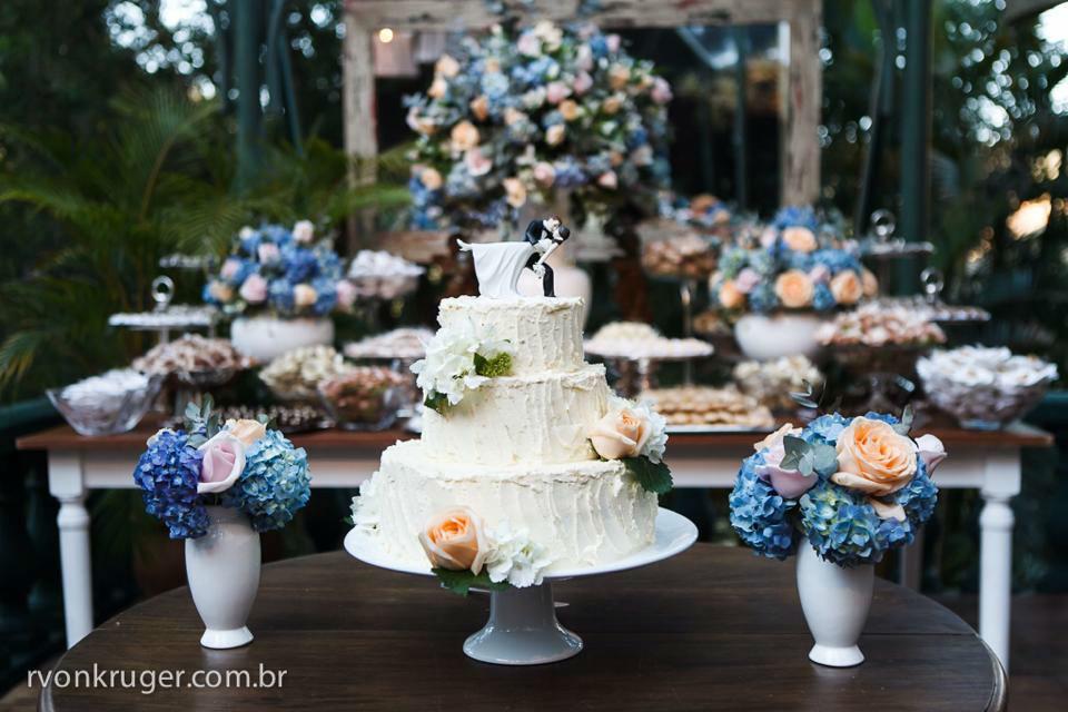 Vintage Cake - Com cobertura de buttercream e flores naturais