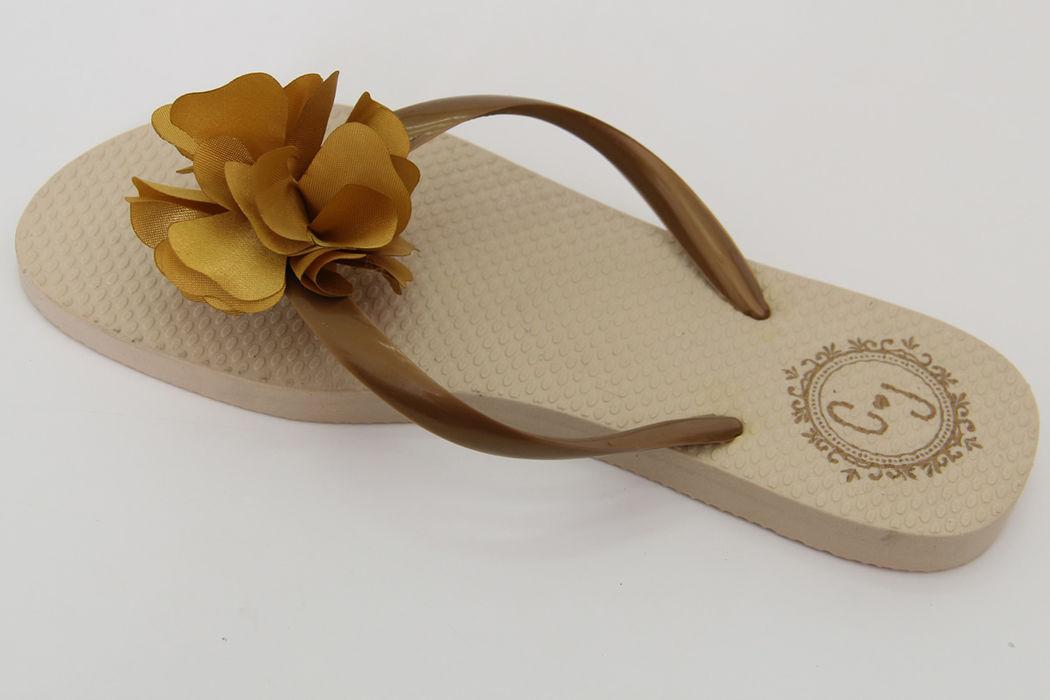 Chinelo Nude com Tira Bronze e Flor