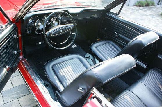 Beispiel: Ford Mustang von innen, Foto: Hamburger Oldtimer Verleih.