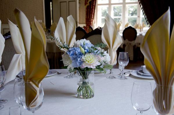 Błękitny ślub - dekoracja florystyczna kwiaty, zdjęcie: minwedding miejsce: Dakowski Dwór