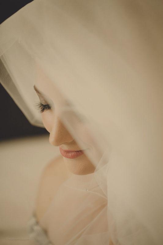 Noiva em plena montagem do véu