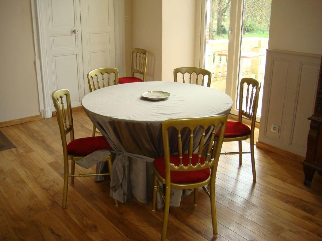 Une table & chaises de banquette