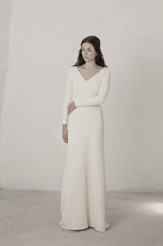 Linda Vestido con corte sirena realizado en brocado de seda y lurex elástico. Escote en V delantero y cuello caja en la parte de atrás.