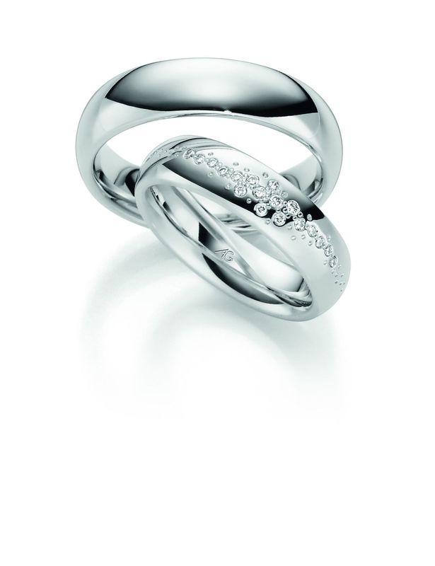 Mooie bredere witgouden ringen speels gezet met een royale hoeveelheid diamanten in de damesring.