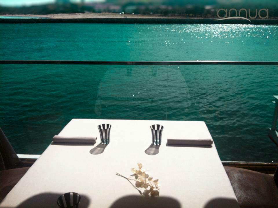 Mesas encima de la mar