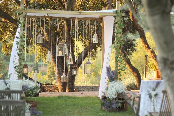 Boda provenzal en un jardín mediterraneo.  http://lafloreria.net