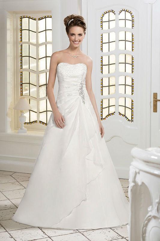 Beispiel: Brautkleid mit Herzausschnitt und Strassverzierungen, Foto: Kleemeier.
