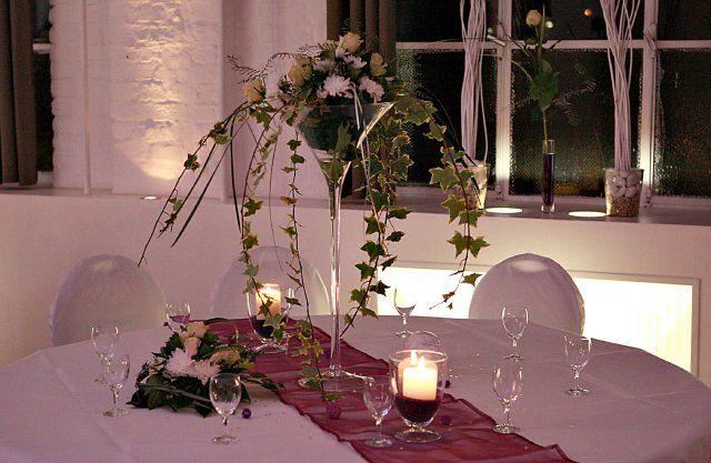 Beispiel: Hochzeitsgedeck und florale Dekoration, Foto: Alte Pulverfabrik.