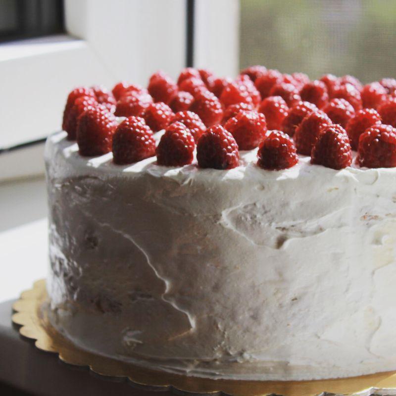 Торт в стиле минимализм- небрежные мазки, россыпь ягод- прекрасный декор для фотосессии и отличный свадебный тортик для маленькой и ужиной свадьбы