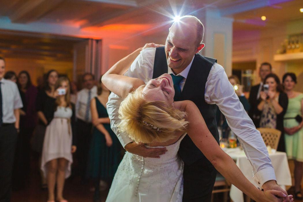 Beispiel: Braut und Bräutigam beim Hochzeitstanz, Foto: Anna Eiswert.