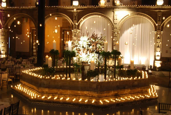 Fuente central, decoración con velas Foto: Ex Convento de San Hipólito