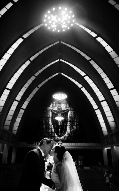 Beso en ceremonia, Colegio Jordan de Sajonia  Fotografía: Santiago Ospina