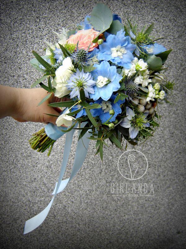 Bukiet ślubny z odcieniami niebieskiego i dodatkiem cappuccino.