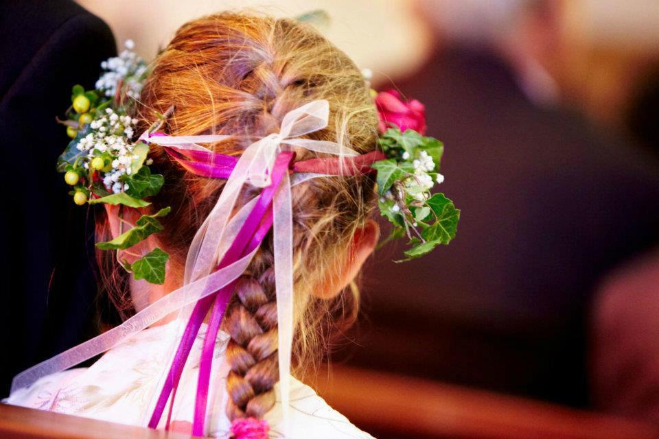 Beispiel: Blumenschmuck für die Braut, Foto: gelassen feiern Ihre Event Manufaktur.