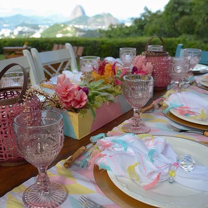 Detalhe mesa da família: arranjo de flores, caixa, guardanapos e porta-guradanapos handmade. Taças, pratos e talheres do acervo pessoal.