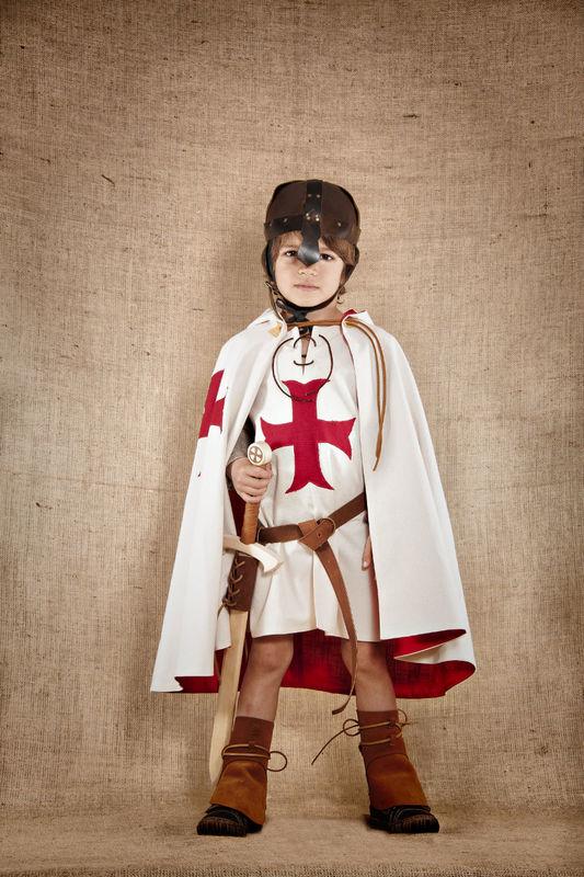 Costume de Gautier le chevalier templier comprenant le tabard avec manche amovibles la cape la coiffe Coton et lin Les accessoires en cuir et en bois sont disponibles et vendus séparément  http://www.7etunelieues.com/fr/costumes-garcons/costume-de-chevalier-templier-4-ans