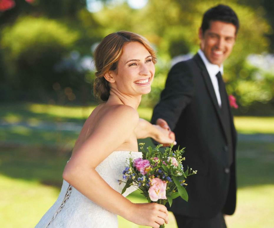 Beispiel: Glückliches Brautpaar, Foto: Schloss Lackenbach.